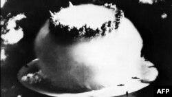 Испытания американской атомной бомбы на атолле Бикини, 1946 год, – бомбы B-61, которые вскоре будут размещены в Германии, лишь немного моложе этой
