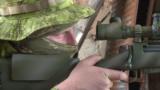 Український снайпер стежить за місцевістю крізь оптику прицілу