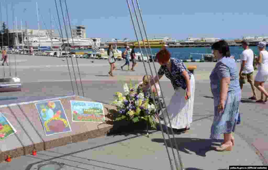 У Ялті городяни поклали квіти в пам'ять жертв трагедії в Ніцці. 15 липня