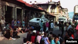 Prizor iz ratnog Mostara. Bošnjaci sjede na ulici kako bi spriječili da UN-ov konvoj napusti grad, u strahu da će bosanski Hrvati nastaviti s bombardiranjem grada, 26. kolovoza 1993.