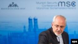 Иран сыртқы істер министрі Жавад Зариф қауіпсіздік мәселелеріне арналған халықаралық конференцияда сөйлеп тұр. Мюнхен, 2 ақпан 2014 жыл.