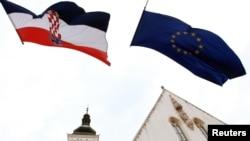 Zastave Hrvatske i EU na zgradi Vlade u Zagrebu