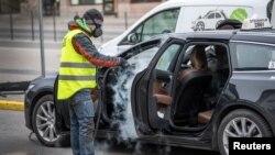 Чоловік чистить таксі, щоб запобігти поширенню COVID-19. Стокгольм, Швеція, 24 березня 2020 року