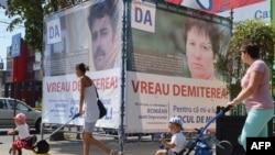 Плакати прихильників імпічменту з закликом голосувати «Так», на яких «прості румуни» заявляють: «Хочу відставки!»