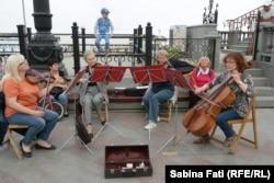 Ансамбль барочной музыки на набережной Ялты