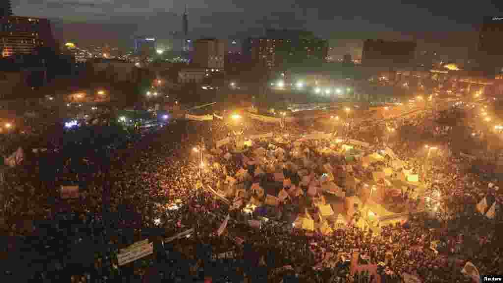 Protestuesit anti-qeveritarë në Sheshin Tahrir, Egjipt...