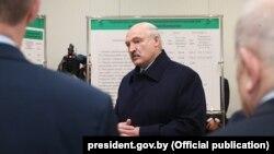 Аляксандар Лукашэнка падчас візыту на Завод газэтнай паперы, 24 студзеня