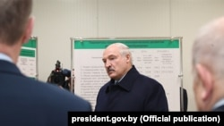 Александр Лукашенко қоғоз заводи ишчилари билан гаплашмоқда.