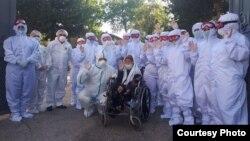 Узбекские медики провожают на реабилитацию 83-летнюю пациентку, выздоровевшую от коронавирусной инфекции. Фото с сайта Минздрава РУз.