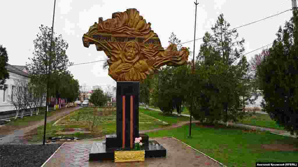 Пам'ятний знак жертвам сталінської депортації кримських татар поблизу дитячої музичної школи
