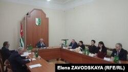 Президент напомнил присутствовавшим о тех сложных политических процессах, в которых создавалась абхазская Конституция