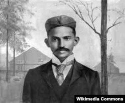 Махатма Ганди күлгүн кезинде.