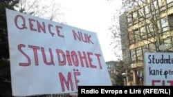 Protesti pred Univerzitetom u Prištini koji su doveli do ostavki, 5. februar 2014.