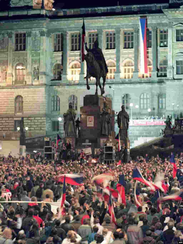 تظاهرکنندگان در میدان واتسلاو، ۱۷ دسامبر ۱۹۸۹ در پراگ