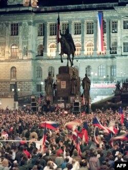 """Демонстранты на Вацлавской площади в центре Праги в дни """"бархатной революции"""" 1989 года"""