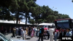 Təqribən bir saatdan sonra polis aksiyanı dağıdıb, xəsarət alan olmayıb