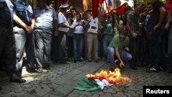 Armenët djegin flamurin hungarez