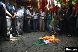 Демонстранты жгут флаг Венгрии во время акции протеста у консульства Венгрии после помилования азербайджанского офицера Сафарова. Ереван, 1 сентября 2012 года.