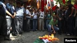 Еревандагы демонстранттар венгер желегин өрттөшүүдө. 1-сентябрь, 2012-жыл.