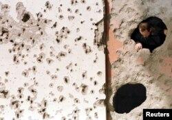 Mnoge Sarajlije gledale su u kratkim periodima bez granatiranja iz svojih stanova kroz rupe od gelera i granata