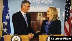 Kryeministri i republikës së Kosovës, Hashim Thaçi dhe sekretarja amerikane e shtetit, Hillari Klinton.