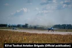 Пара винищувачів Су-27 831-ї бригади тактичної авіації перед зльотом у Миргороді