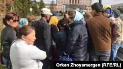 Протестующие против принудительного сноса домов жители производственного кооператива «Полянка» у столичного акимата. Нур-Султан, 22 мая 2019 года.