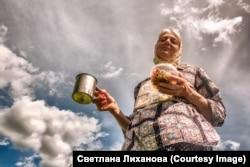 Ez a vallásos nő ikonok képeit tűzte a ruhájára