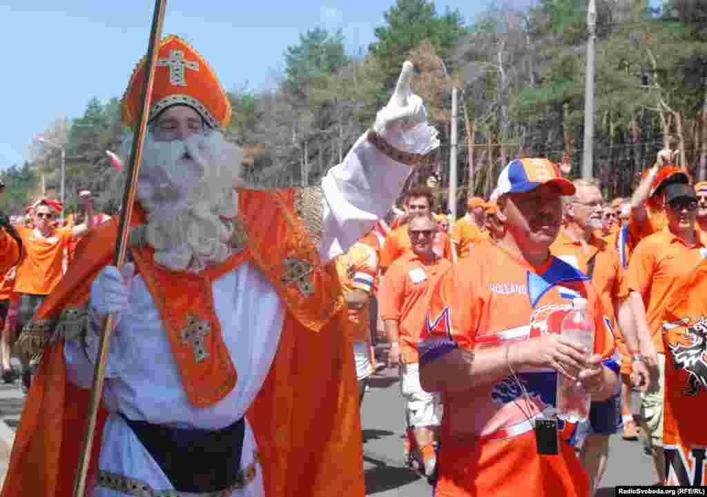 Дерек із Голландії вдягнений в одяг Святого Миколая