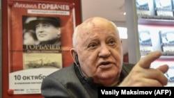 Бившият президент на СССР Михаил Горбачов представя книгата си през 2017 г. в Москва.