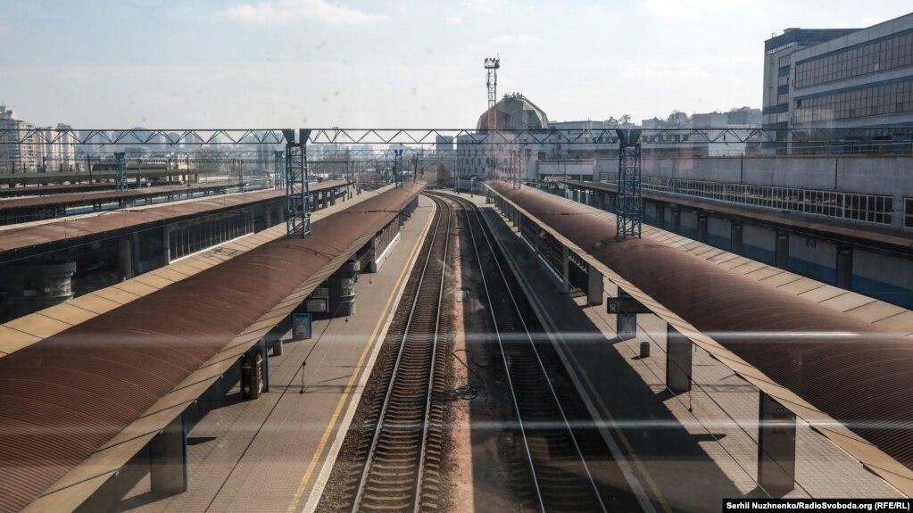 Із 18 березня в Україні зупинені залізничні пасажирські перевезення. Попередньо до 3 квітня. На фото– пусті колії Центрального залізничного вокзалу. Дуже незвично