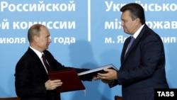 Владимир Путин (аз чап) ва Виктор Янукович (аз рост)