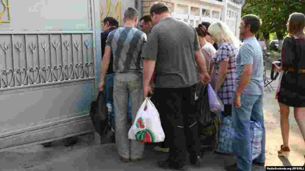 Після відвідин Тимошенко лікарями до колонії пустили людей із передачами