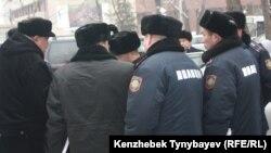 Полицейские у здания Национального пресс-клуба. Алматы, 30 января 2012 года. Иллюстративное фото.