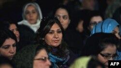 د افغانستان ولسي جرګې غړې د ولسمشر حامدکرزي وینا اوري.۲۰۱۰ م کال د نومبر ۲۴ مه نېټه