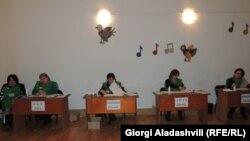 Во втором туре нет избирательного порога, побеждает кандидат, набравший простое большинство голосов