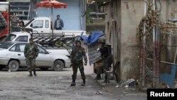 Сирийские солдаты патрулируют пригород Дамаска. 26 января 2012 года.