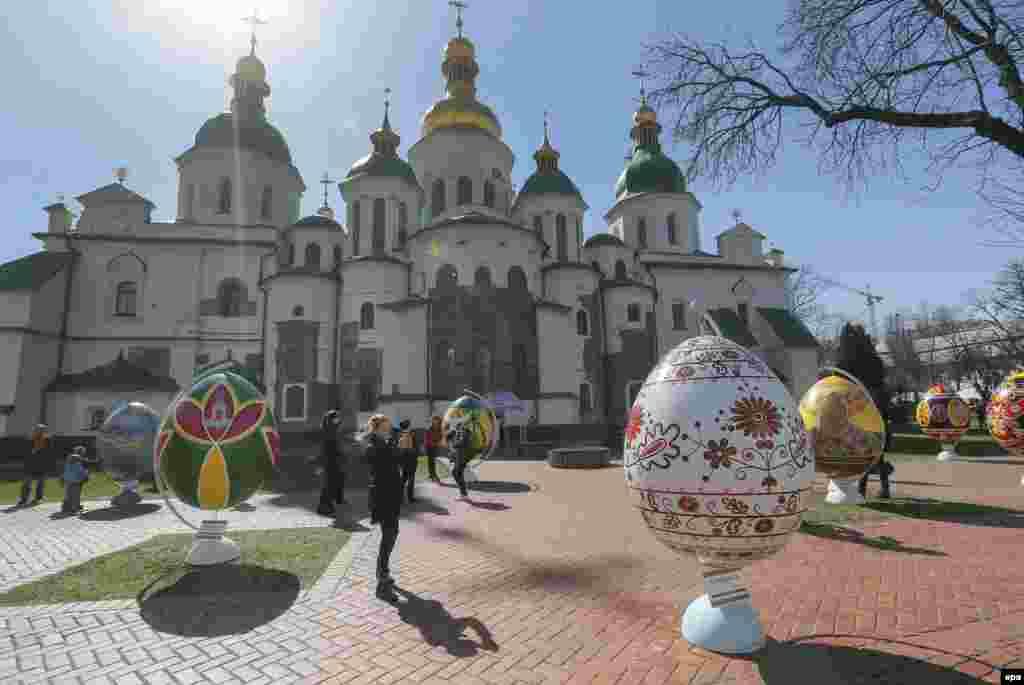 Un ou pictat uriaș la Festivalul ouălelor de Paște la Catedrala Sf. Sofia de la Kiev.