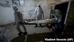 Транспортировка тела погибшего от COVID-19 в морг. Бишкек, Кыргызстан, 22 июля 2020 года.