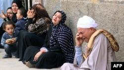 أقرباء مؤيدين لجماعة الأخوان المسلمين أدانتهم محكمة في المينيا يبكون بعد صدور قرار حكم بالإحالة الى المفتي.