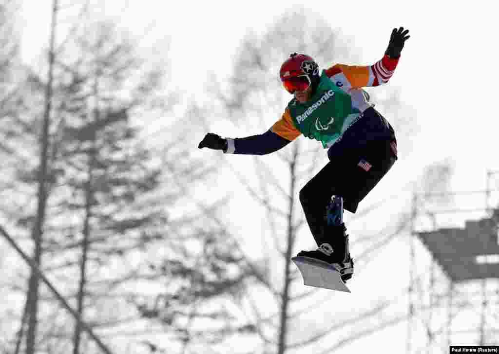 Американський сноубордист Майкл Шульц виступає з протезом. Це не завадило йому стати паралімпійським чемпіоном у кросі та здобути срібну нагороду у слаломі