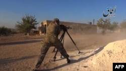 A video released by Aamaq News, which posts videos from the areas under Islamic State control, purportedly shows an IS militant firing a heavy machine gun.
