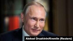 Владимир Путин активно занимается предвыборной агитацией, находясь на должности президента России