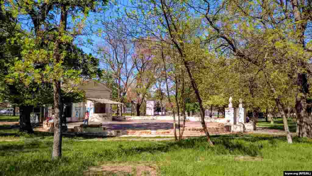 В прошлом в парке располагался летний кинотеатр, где в 1990 году снимался эпизод фильма «Дураки умирают по пятницам»