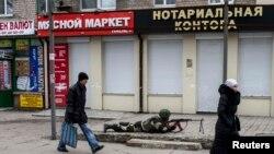 Проросійський бойовик під час «антитерористичної» (за словами самих бойовиків) операції в центрі Донецька. Березень 2015 року