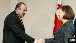 Президент Грузии Георгий Маргвелашвили приветствует в Тбилиси помощника госсекретаря США Викторию Нуланд 6 декабря 2013 года