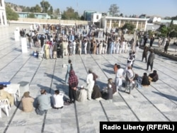Афганцы выстроились в очередь для голосования в восточной провинции Хост, 20 октября 2018 года.