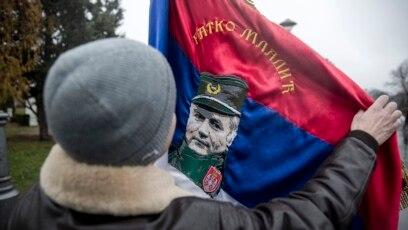 Srpski nacionalista sa zastavom na kojoj je osuđeni ratni zločinac Ratko Mladić, u Beogradu, pred molitvu Mladiću
