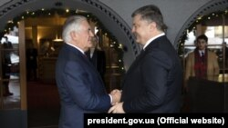 Президент України Петро Порошенко зустрівся з державним секретарем США Рексом Тіллерсоном в Давосі