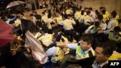 Гонконгтегі шерушілер мен полицияның қақтығысы. 15 қазан 2014 жыл.